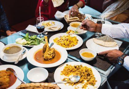 Comer con amigos te hace feli